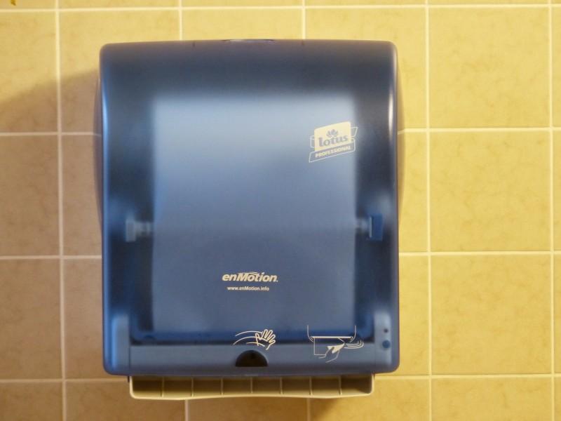 Indret dine toiletter med nemt betjenelig håndtørrer